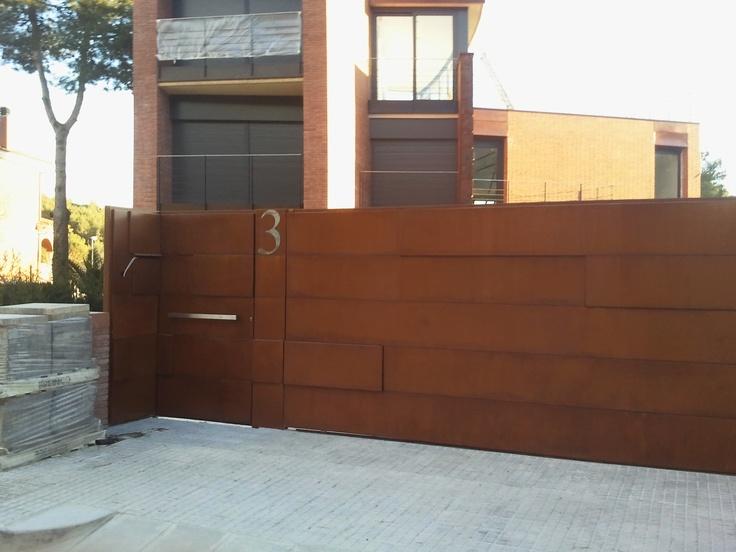 puerta carruajes y puerta peatonal con la fachada