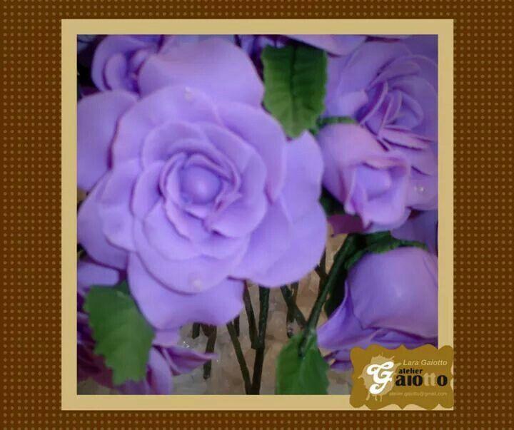 Arranjo de rosas, com rosas abertas, botões e folhas, em biscuit/porcelana fria. www.facebook.com/gaiotto.atelier http://agaiotto.blogspot.com/ atelier.gaiotto@gmail.com F: (19) 3012-3588