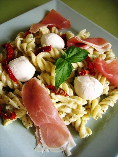 Pâtes au pesto en salade - Recette de cuisine Marmiton : une recette