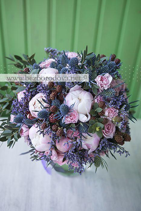 Летний свадебный букет из розовых пионов с синими эрингиумами и ягодами ежевики