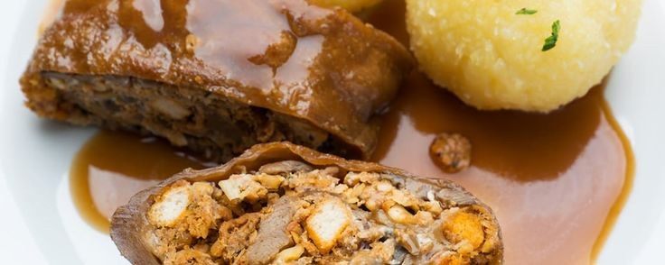 Dieser Nuss-Braten mit Kastanien, Nüssen und Pilzen ist für ein üppiges Festtagsmahl genau das Richtige und erstaunlich leicht zuzubereiten.