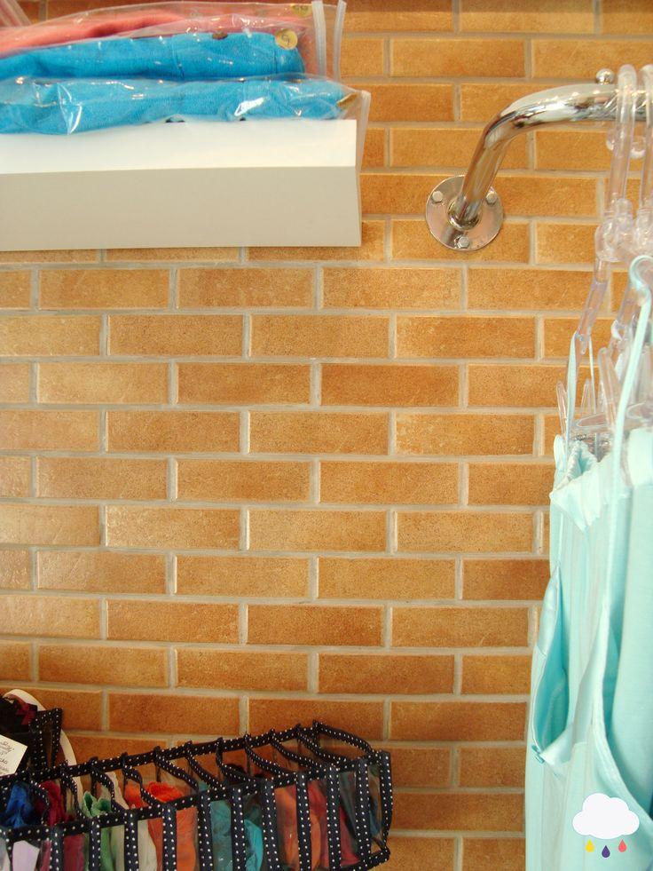 Detalhe: parede de tijolo   Detail: brick wall