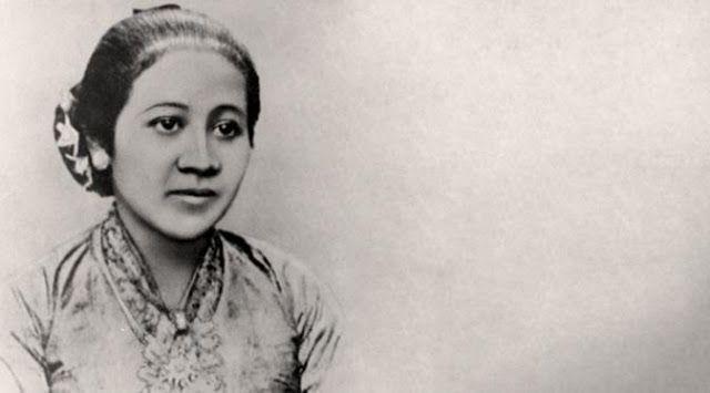 Realitas Sejarah Kartini  (Panjimas.com)  Dalam surat-suratnya Kartini bercerita tentang kegetiran dan nestapa yang dialaminya sebagai anak-wanita seorang priyayi Jawa (Bupati). Ia selalu ditempatkan sebagai makhluk kelas dua setela saudara laki-lakinya. Perannya dianggap lebih rendah sebagai makhluk kelas dua setelah saudara laki-lakinya. Perannya dianggap lebih rendah dibandingkan laki-laki. Ayahnya menikah secara poligami yang membuatnya sangat tidak senang sekalipun akhirnya ia harus…
