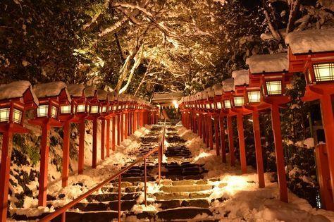 全国屈指のパワースポットとして有名な貴船神社が「夜の雪見特別参拝・積雪日限定ライトアップ」を行います。先日facebookに試験点灯の様子がアップされましたが、美しすぎると話題にもなりました。