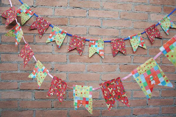 Adoro festas juninas: as comidas gostosinhas, as roupas muitas vezes improvisadas… Mas o que mais me encanta são as bandeirinhas, penduradas por todos os lados, super coloridas.
