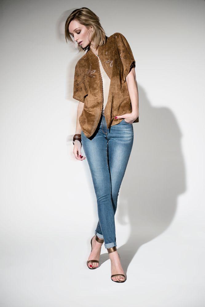 Pour une allure décontractée, optez pour le jeans slim LEJEAN et le poncho camel LAMPARO en daim découpé au laser. Look cow girl gypset garanti #Lejean#Lamparo#jean#poncho#camel#gypset#bohème#mode#elorabygf