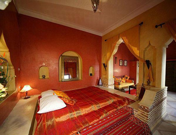 Интерьер восточной спальни с красными стенами