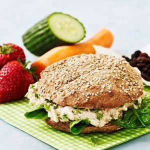 Mos torskerognen i en skål. Rør torskerogn, løg, karse, yoghurt, mayonnaise, citronsaft, salt og peber sammen. Rør kartoflen og rør den i torskerognssalaten. Flæk bollen og fordel salatblade og torskerognssalat i den. Spis sandwichbollen sammen med tilbehøret.