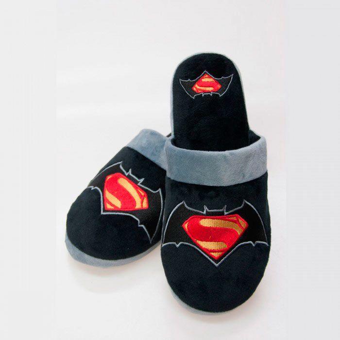 Zapatillas Batman V Superman  Unas bonitas zapatillas abiertas por detrás para ir por casa bien calentito y con el logo de la película Batman V Superman.
