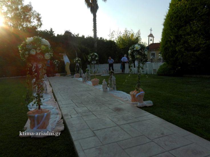 Ρομαντικός γάμος στο εκκλησάκι Αγ.Γεωργίου στο κτήμα Αριάδνη. Γενική άποψη του στολισμού της εκκλησίας στον χώρο Κνωσσός λίγο πριν τον γάμο