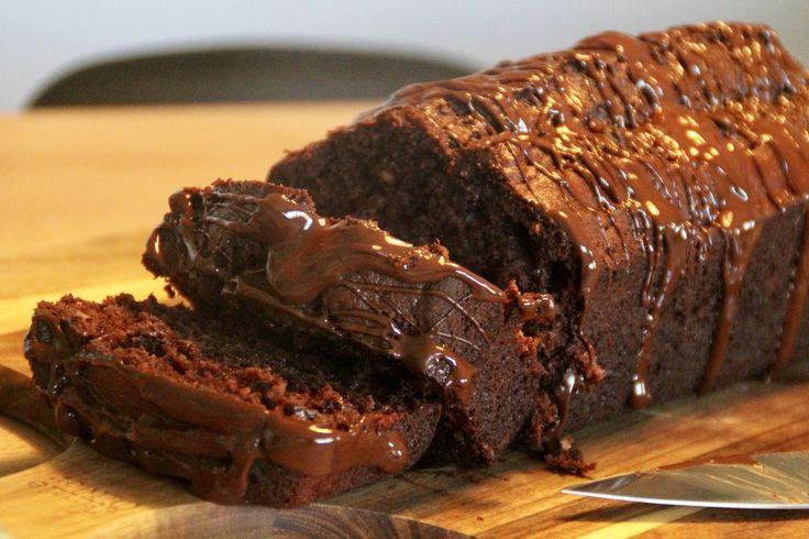 Virkelig lækker, nem og hurtig banankage med chokoladestykker og peanut butter! Passer perfekt med en lækker vaniljeis og nogle friske bær.