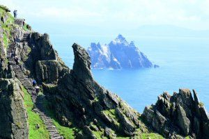 Aventurez-vous sur la côte Ouest irlandaise pour admirer et parcourir les îles Skellig, joyaux des mers…