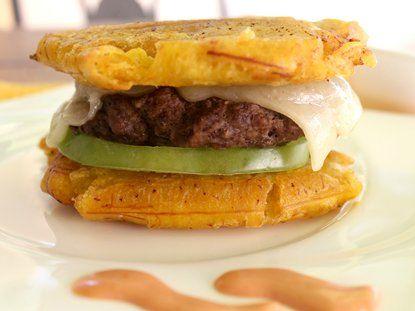 Delicioso #pasabocas con #patacón, queso, tomate y carne, perfecto para tus fiestas y reuniones.