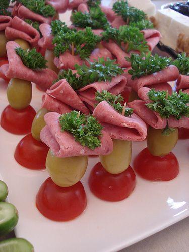 Salamları ise doğrudan tabağa dizmek yerine, yarım kiraz domatesin üstüne biberli iri bir zeytin ve Frenk maydanozu eşliğinde 4'e katlayarak kürdanla servis yapmak daha çok hoşuma gitti..:)