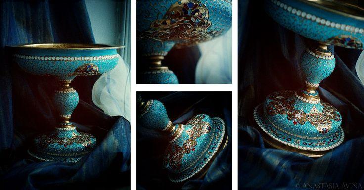 Курсовая по бутафории - Фруктовница, ≈50см в высоту, имитация золота и эмали. Материалы: папье-маше, сосна, шпатлевка, нитролак, универсальный рельефный контур, золотая краска, масляные и акриловые краски.