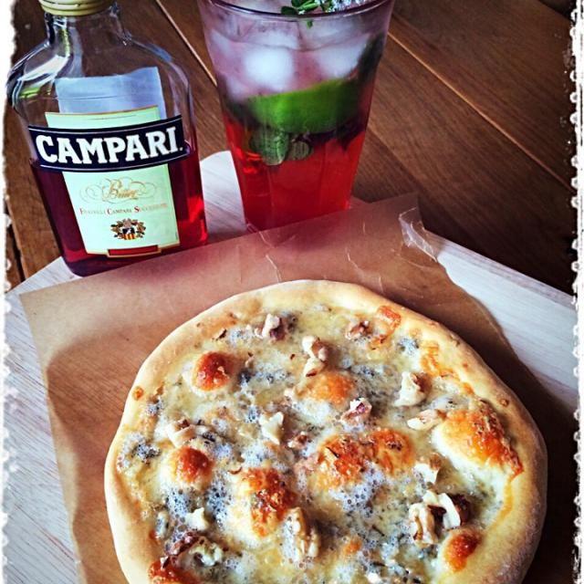 """カンパリ投稿本日締切なのでランチはピッツァに 簡単に、ゴルゴンゾーラ(ドルチェ)+蜂蜜+胡桃で♪  私はゴルゴンゾーラ大好きなんだけど、旦那がゴルゴンゾーラ大っ嫌いで""""俺の居ない時に食べてくれ‼︎""""と言われているので、久しぶりに1人ゴルゴンゾーラを堪能う、美味い それに昼間っからモヒートや、やばい…サイコー - 281件のもぐもぐ - ゴルゴンゾーラ(ドルチェ)&蜂蜜のピッツァ  カンパリモヒートと共に… by mizunoa"""