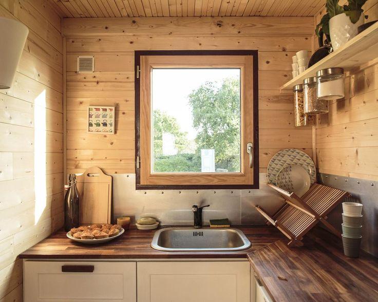 A l'intérieur de cet espace d'une dizaine de mètres carrés: une cuisine équipée d'un frigo et de deux plaques de cuisson au gaz.