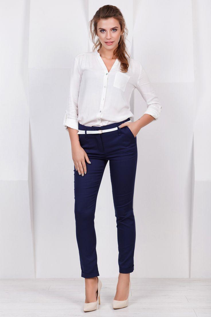 Классические темно-синие брюки из коттона премиум класса. Материал: брючный коттон, 60% хлопок, 40% полиэстер. Размер на модели: S Параметры модели: рост 17