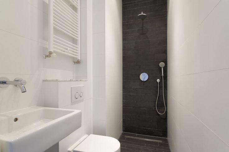 Slim ingedeeld en gerenoveerd 2-kamer appartement van ca. 40m² op een super locatie aan de Nassaukade, nabij het water van de Singelgracht.  LIGGING Het project ligt in het eerste blok ten zuiden van de kruising van de Nassaukade en de Rozengracht