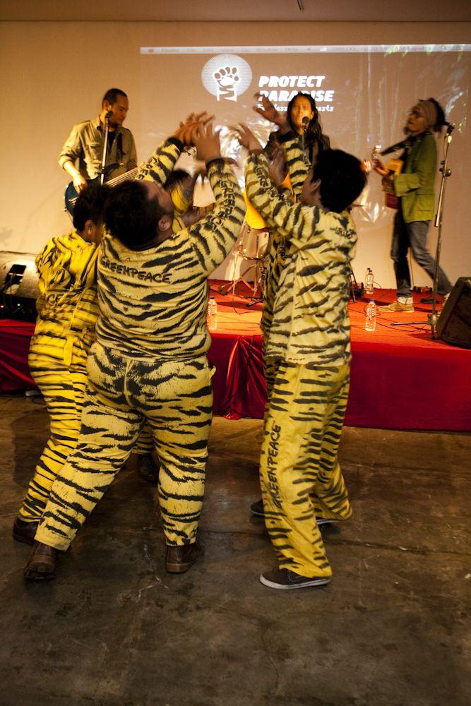 Navicula, band asal Bali, meramaikan peluncuran Tiger Manifesto diiringi penampilan pantomim dari ImajiMime Bandung pada peluncuran kampanye Tiger Manifesto www.protectparadise.org