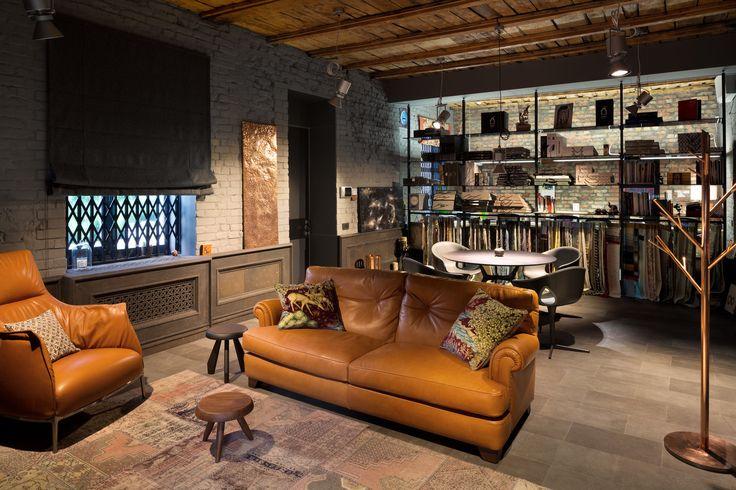 В студии размещены предметы, которые создают для нас личный комфорт: диван Poltrona Frau, медное панно, деревянный потолок и разноуровневое освещение. Things that perform coziness for us: sofa Poltrona Frau, copper panel, wooden ceiling and multi - level lightening.