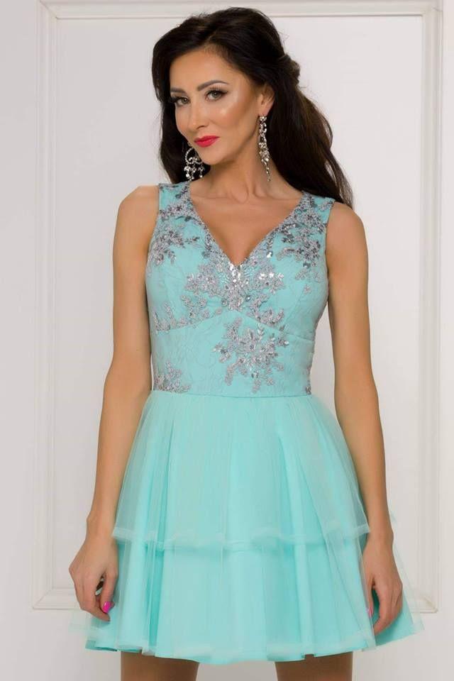 c19e738013e3 Krásne krátke spoločenské šaty vhodné na svadbu alebo inú spoločenskú  udalosť. Vrch šiat na hrubšie ramienka tvorí čipka so …