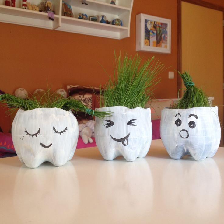Diy grappige grasplantjes; Nodig: onderkant van plastic flessen, verf, alcoholstift, potgrond en graszaad Supergoedkoop en superleuk!