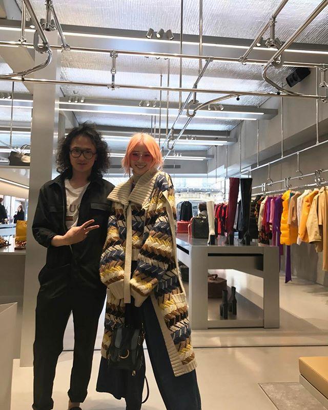 뎀나 바잘리아의 디렉션 아래 새롭게 오픈한 파리 #발렌시아가 스토어는 이번 패션 위크 기간 가장 핫한 패션 성지로 떠올랐습니다<보그코리아>편집장(@shinkwangho) 과 아이린(@ireneisgood)도 우연히 이곳에서 마주쳤죠! 그들의 쇼핑 아이템은 과연 무엇일지 곧 공개할께요 (Jiyoung Kim @jiyoungkim6364) _ #VogueKorea's #EditorinChief and #Irene have met at the new #Balenciaga #Paris store open under #DemnaGvasalia's direction. Stay tuned for a sneak peek at their shopping items. #IreneKim #ireneisgood #Vogue #巴黎 #巴黎世家 #时装周 #购物  via VOGUE KOREA MAGAZINE OFFICIAL INSTAGRAM - Fashion Campaigns  Haute Couture…