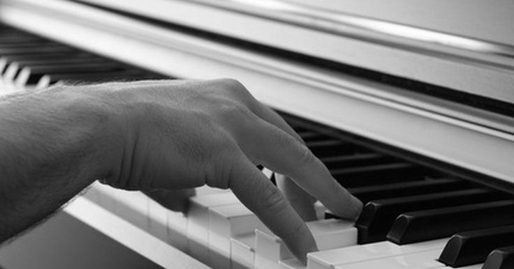 """Cómo tocar la canción de la Pantera Rosa en el piano . El tema de """"La Pantera Rosa"""" es una melodía muy reconocible escrita por Henry Mancini. Mancini es un compositor, director y arreglista muy laureado, que se ha especializado en la música jazz y que compuso múltiples temas para programas de televisión y películas. Una versión para piano del tema de """"La Pantera Rosa"""" debe tocarse lentamente, con un ..."""