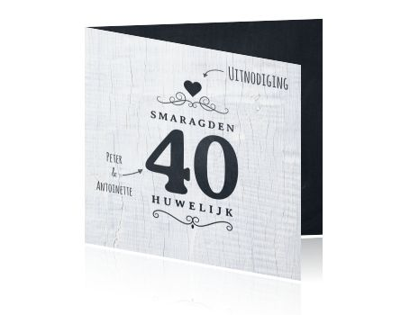 Laat iedereen weten dat het groot feest is met deze moderne 40 jaar jubileum uitnodigingskaart. Op een stoere witte houten achtergrond knalt het zwarte krijtbord jaartal van de kaart. De binnenzijde van de kaart is van zwart krijtbord.