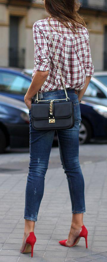 Jeans, black bag, red pumps, plaid shirt ☑️
