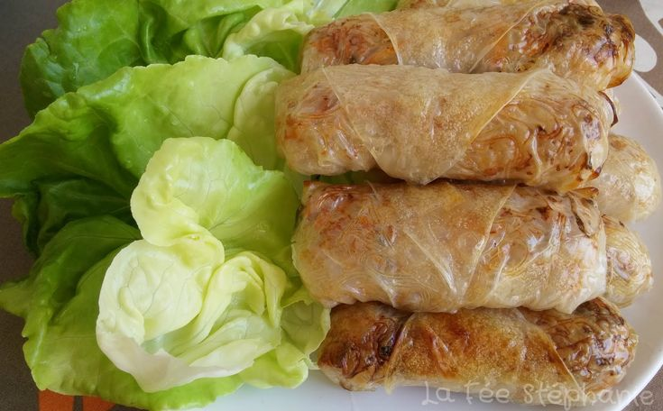 """La Fée Stéphanie: Rouleaux de printemps, végétaliens et gluten free - 40mn au four à 220°. - Pour 18 rouleaux : 250gr de vermicelles de riz, 2 carottes râpées, 1 poignée de champignons séchés, 100gr de petites protéines de soja, 1 oignon, 100gr pousses de soja (poids net des pousses égouttées)     sel et poivre     2 cuillères à soupe de vinaigre de riz     galettes de riz """"rice paper"""" (les galettes de riz sont sans gluten) , à défaut des feuilles de bric"""
