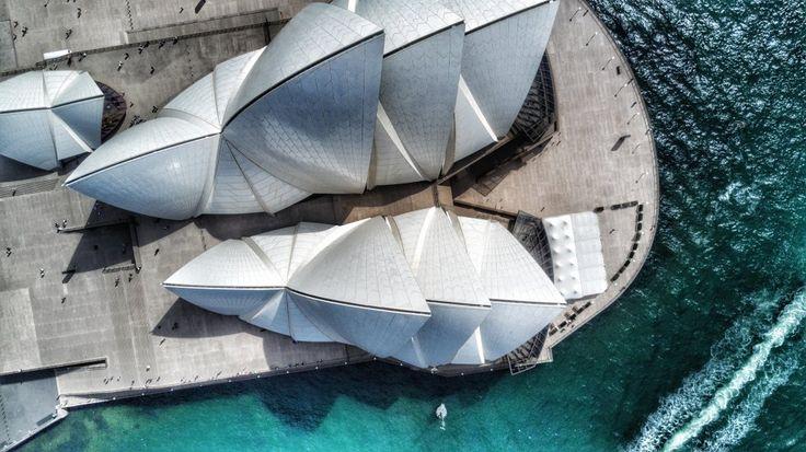 """En esta ocasión, Christian Liecthi viajó a Australia para asistir a un festival de aviones no tripulados. """"El clima era perfecto, sin viento, así que levanté mi DJI Mavic Pro para captar el emblema de Sidney: la Ópera. Fue uno de los pocos disparos que pude realizar, pues una persona de seguridad me llamó la atención y me comentó que no se podían utilizar drones en esa zona"""", explica. Este edificio, icono de la ciudad australiana, y que reina sobre su bahía, fue diseñado por el arquitecto…"""