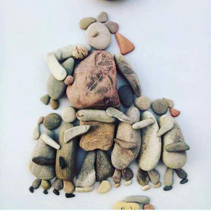 """Un sassolino dopo l'altro, nella giungla di Calais. I """"collage"""" di sassi  realizzati da i migranti raccontano in attesa di salpare, sono poesie. #migration #migranti #medicinssansfrontieres #jungledecalais #poesia #sculptures #confini #humanrights #famiglia"""