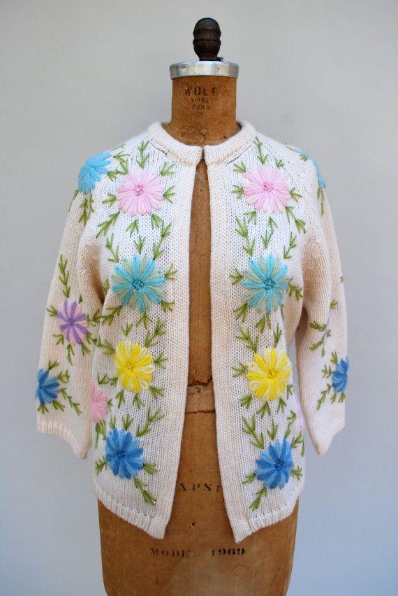 Pin up meisje van de trui.  50s room wol drie-quarter-mouw vest. Mooie ingewikkelde crewel geborduurde bloemen op de voorkant, mouwen en rug.