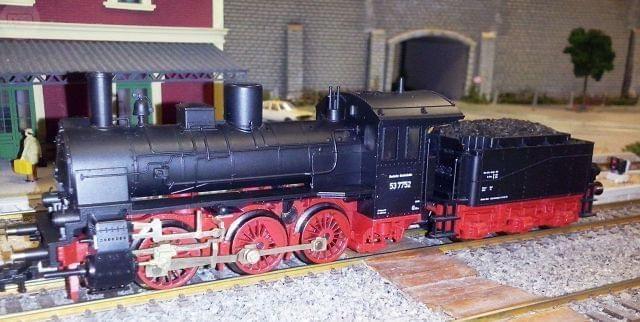 . Locomotora de vapor 0-3-0 clase BR 53 de los ferrocarriles alemanes DB. Reproducci�n del modelo 53 7752 en escala H0 y corriente continua hecho en Alemania por Fleiachmann. Luz delantera. Enganche europeo o corto Fleischmann.Decoder DCC.Estado excelente.C