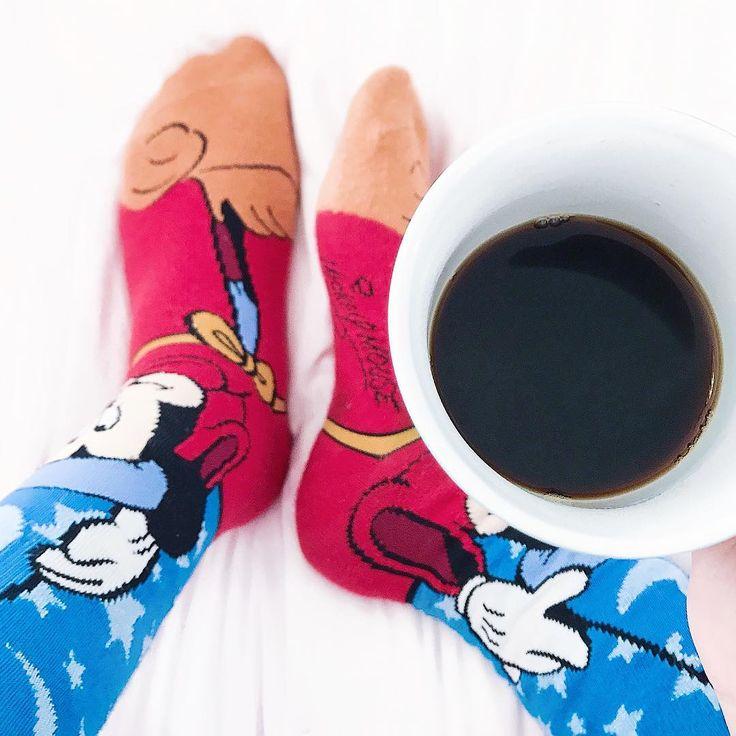 Bom dia sexta feira!!! Café + meias fofas 😍 pós feriado estamos como? Planejando muitas novidades para vocês 🙌🏼😁 já passaram lá no canal e blog? Corre lá que sempre tem coisas novas para vocês... eai qual a programação do final de semana?! 😉✨