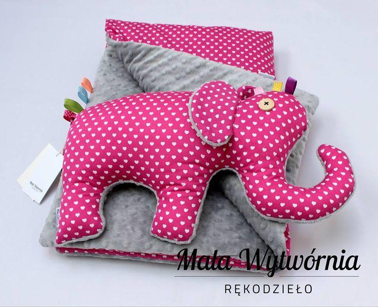 Zestaw kocyk i słoń. Przedmioty w całości ręcznie wykonane z kolorowej bawełny w kolorze amarantowym w serduszka i szarego miękkiego pluszu Minky. www.facebook.com/malawytwornia