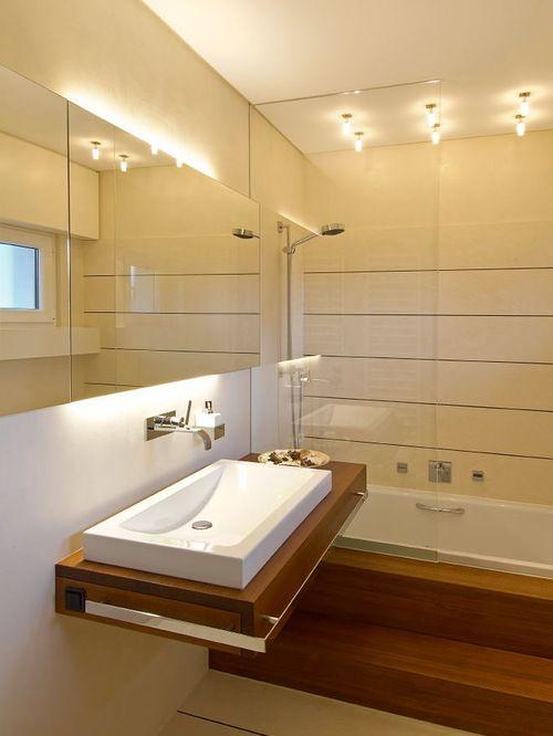 Mittelgroße Moderne Badezimmer mit Aufsatzwaschbecken, Waschtisch aus Holz, Einbaubadewanne, beigefarbenen Fliesen, beigefarbenen Wänden und Duschwanne einrichten in Köln