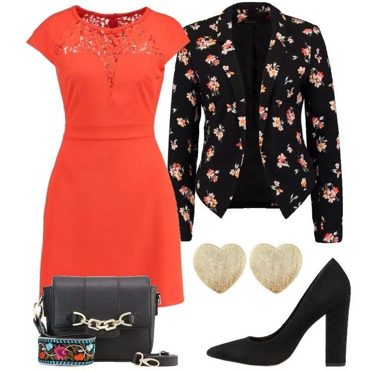 Questo look composto da un vestito, un blazer floreale e tacchi neri è l'ideale per una cerimonia o anche solo, per una uscita serale con le amiche. Infine, la borsetta nera è perfetta per completare il look.