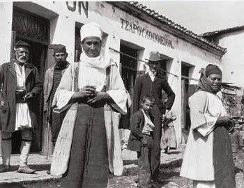 Δύο Ελβετοί ήρθαν στό Δαδί καί φωτογράφησαν το χωριό. Ειναι ο Waldemar Deonna και ο Paul Collart [1904-1939].