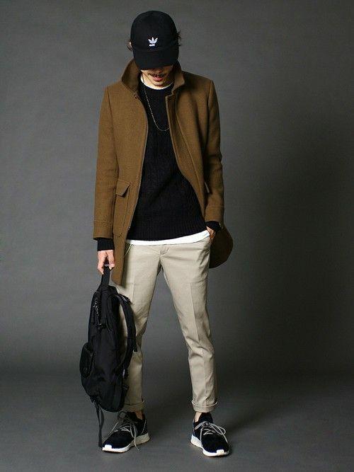 大人KHAKIのステンカラーコートに、クリーンなチノトラウザーズを合わせたワントーンスタイル。 表