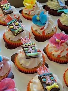 Tiki party cupcakes for Hawaiian wedding dessert table/