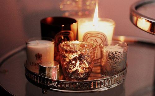 Door het hele bedrijf dit soort plateaus met kaarsen en andere decoraties zorgt ook voor een gezellige sfeer