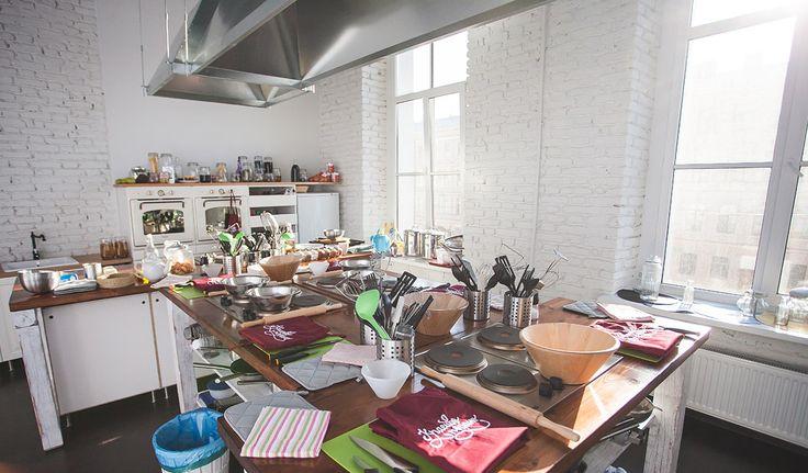 Кулинарная студия планировалась именно для обучения людей кулинарному искусству. Для этого все подготовлено. Рабочие места, духовки, большое количество инвентаря.