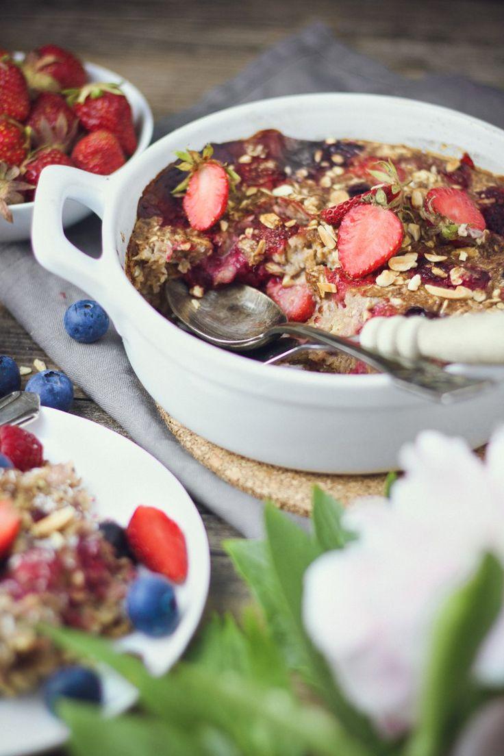 Baked Berry Oatmeal Rezept - Beeren Haferbrei Haferflocken Frühstück gesund lecker vegan süß - mw moments - Squats, Greens & Proteins