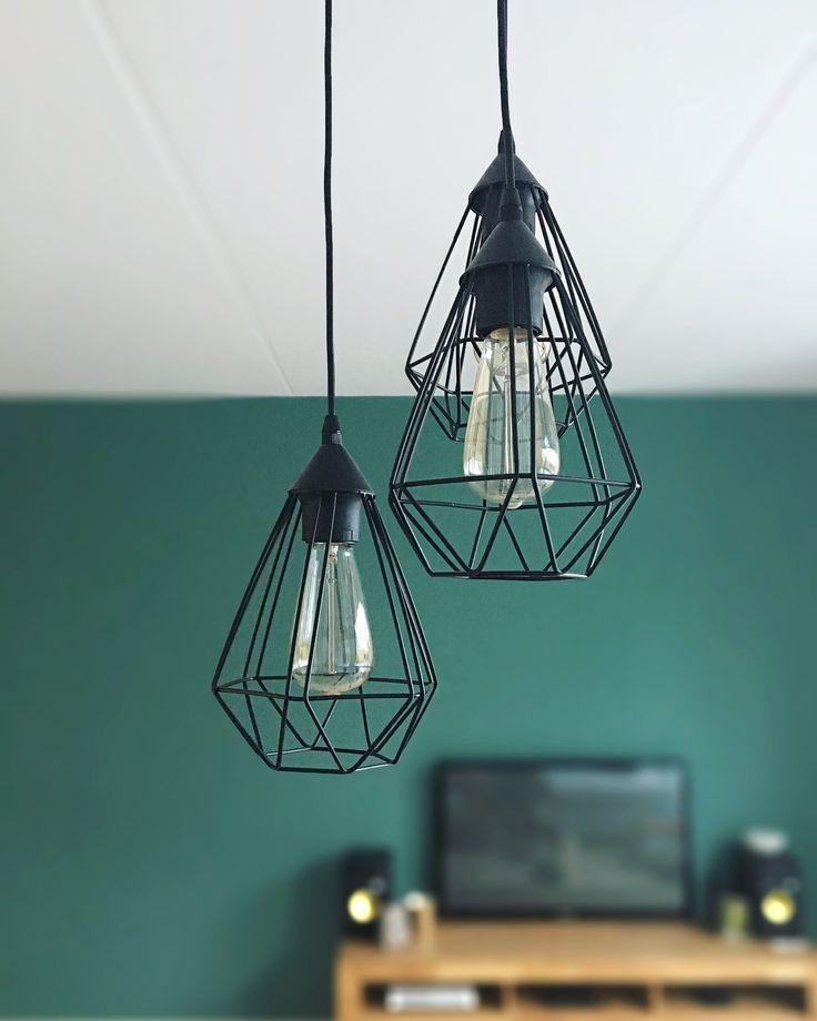 l i v i n g r o o m | De lampen in de woonkamer maken het helemaal af. Met traditionele gloeilampen om de sfeer compleet te maken.💡 #lights #livingroom #livingroomdecor #wood #tv #praxis #eglo #apple #appletv4 #samsung #microsoft #xboxones #rituals #krkrokit5 #berove #industrialdesign