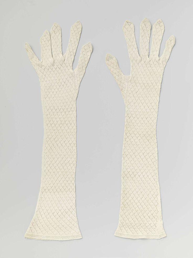 Anonymous | Pair of gloves, Anonymous, c. 1800 - c. 1825 | Linker handschoen van witte katoen gebreid in ajour patroon. De vingers hebben open toppen.