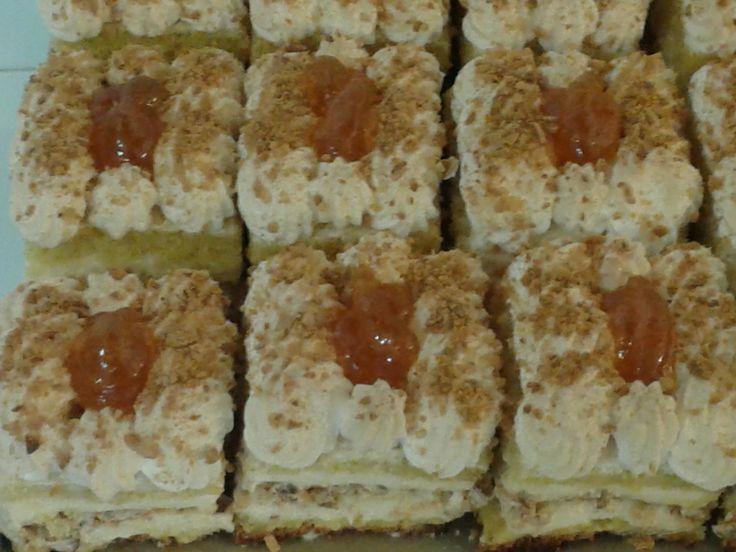 Πάστα Μαρέγκα: παντεσπάνι και νουγκατίνα για βάση, κρέμα βανίλια η γέμισή της και για γαρνίρισμα μαρέγκα ψημένη στο φούρνο και μαρμελάδα βερύκοκο.  Δροσερή απόλαυση at www.kallivroussis.gr