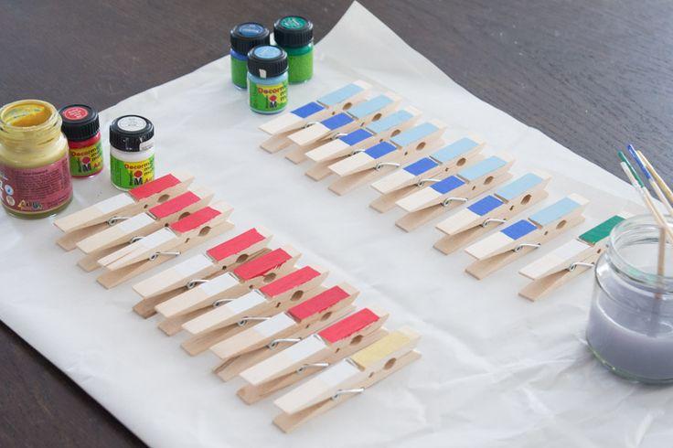 Material Karton Pappe für den Boden Grünes Wachstuch oder Tonkarton 14 große Wäscheklammern 12 kleine Wäscheklammern 6 Rundholzstäbe (60 cm, 10 mm) 6 Unterlegscheiben (10,5 mm innen, 30 mm außen) 6 Klorollen Paketschnur Klebeband Gechenkpapier 1 Tischtennisball Anleitung Da der Boden des Kartons uneben ist, habe ich eine Pappe auf die entsprechende Größe zugeschnitten und …